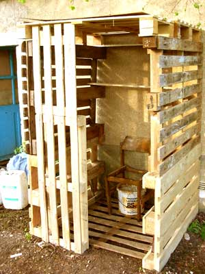 Un Atelier Ou Rangement, Ici Toilettes Sèches Pour Lu0027été. Structure : Pieux  En Bois (gros Noisetier De Forêt), Sur Lequel On Empile Des Palettes De  Bois. Bonnes Idees
